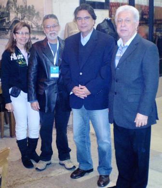 Ministro José Gomes Temporão com o secretário de Comunicação da FENAM, Waldir Cardoso (à esquerda), e o vice-presidente José Erivalder Guimarães de Oliveira (à direita). Também na foto, a médica Rosângela Cardoso, do Pará.