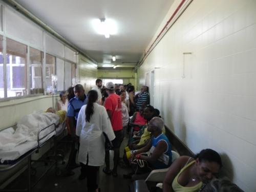 Em Salvador (BA),  Maternidade de Referência Prof. José Maria de Magalhães Netto têm pacientes nos corredores.