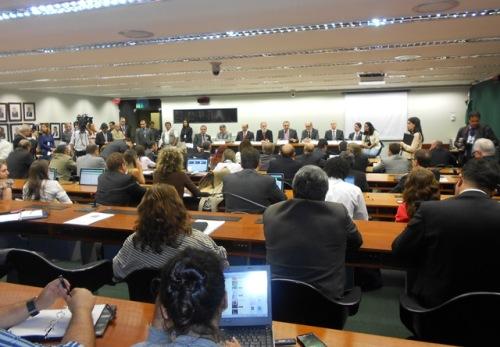Comissões da Câmara discutem a contratação e a entrada de médicos estrangeiros no Brasil.
